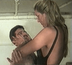 Dagmar quetscht seinen Kopf mit ihren großen Händen Dagmar squeezes his head with her large hands