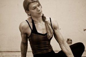 Sportlehrerin mit ausgeprägten Adern an der Innenseite des Armes, PE teacher with prominent veins on the inside of the arms