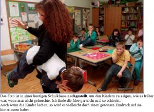 Lehrerin hält kleinen Jungen unter dem Arm
